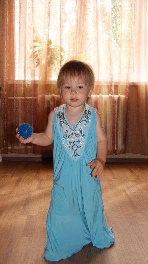 Доча в мамином платье)))