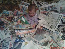 Помотрим, о чем бабушка читает...