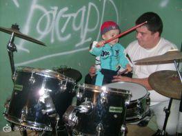 Тимка впервые играет на барабанной установке!